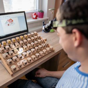 Vďaka osobnej skúsenosti s hendikepovanými vytvoril klávesnicu HandCubeKeys!